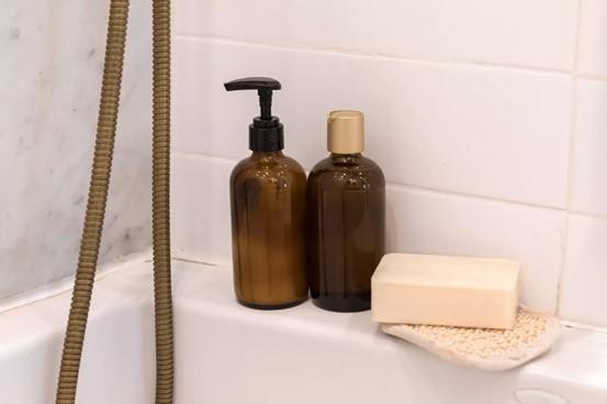 Menata kamar mandi agar terlihat lebih bersih dan rapi